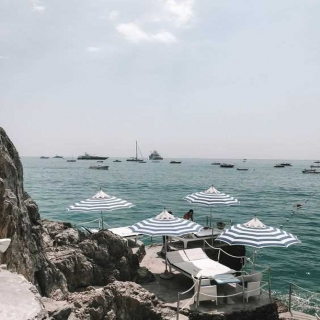 A może wakacje w Positano? 😏 Z kim chciałabyś się tam wybrać?   #gabbiano #gabbianopl   #pinterest #repost #positano #amfalicoast #italy #travelgram #swimsuit #summer