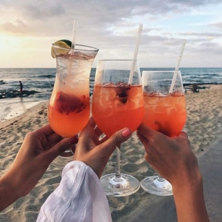 Za weekend! ❤️🔥 Oznacz w komentarzu przyjaciółkę z którą koniecznie musisz umówić się na wakacyjne party 🥂  #gabbiano #gabbianopl   #pinterest #aperolspritz #beachparty #beachvibes #bythesea #summerweekend #travelgram